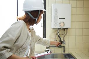 ヘルメットを被り点検する女性の写真素材 [FYI01465797]