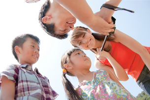 撮った動画を見る4人家族の写真素材 [FYI01465834]