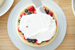 ケーキにクリームを乗せた俯瞰の写真素材 [FYI01465876]