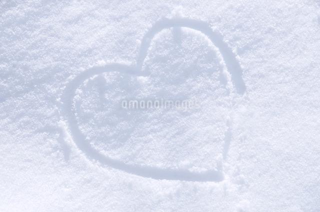 雪に描いたハートの落書きの写真素材 [FYI01465942]