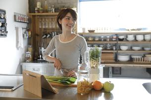 キッチンで調理する若い女性の写真素材 [FYI01465988]