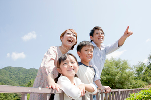 遠くを眺める4人家族の写真素材 [FYI01466043]