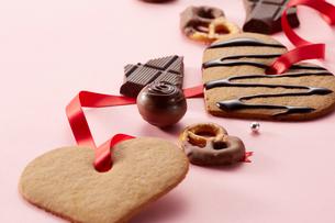 ピンクの背景に並んだクッキーとチョコレートの写真素材 [FYI01466071]