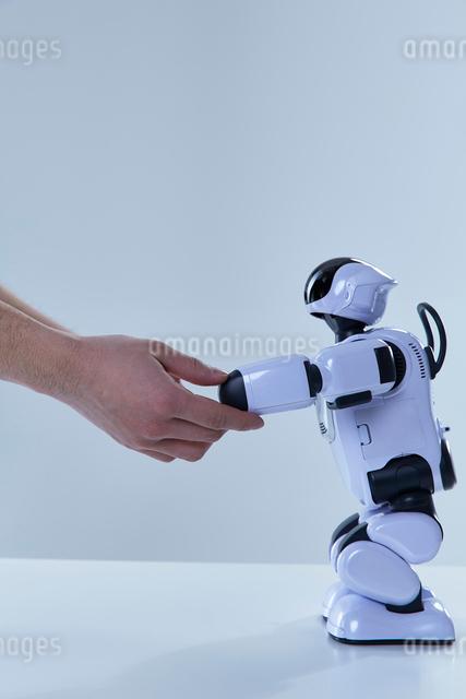 ロボットと握手をする人間の手の写真素材 [FYI01466083]