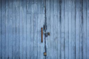 木板でできた大きな扉の写真素材 [FYI01466098]