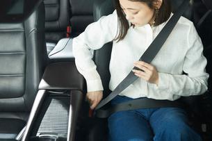シートベルトを締める女性の写真素材 [FYI01466108]