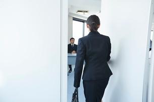面接会場に入ろうとしている女性の写真素材 [FYI01466119]