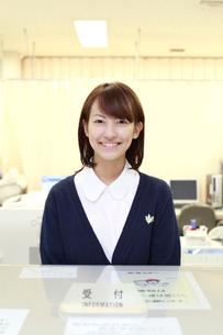 病院の受付で微笑む女性職員の写真素材 [FYI01466170]