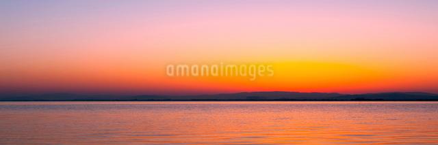 夜明けの琵琶湖の写真素材 [FYI01466173]