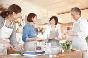 料理教室の先生と生徒の写真素材 [FYI01466228]