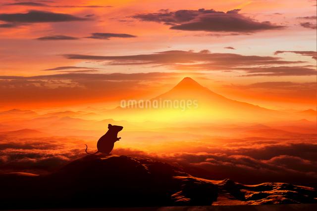 富士山の日の出とネズミのシルエットのイラスト素材 [FYI01466296]