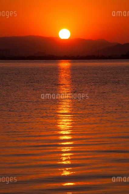 琵琶湖の日の出の写真素材 [FYI01466342]