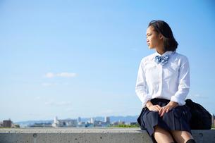 河川敷の階段に座る女子高生の写真素材 [FYI01466373]