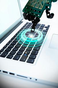 キーボードに触れるロボットの手の写真素材 [FYI01466408]