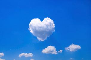青空とハートの雲の写真素材 [FYI01466410]