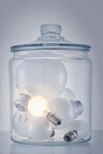 瓶の中に入った複数の電球の写真素材 [FYI01466432]