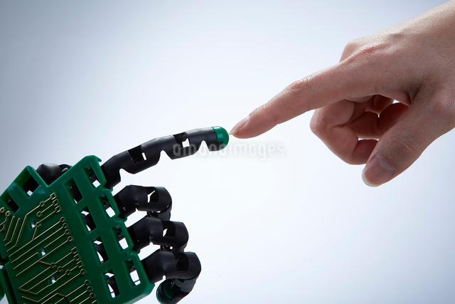 指を合わせる人間とロボットの写真素材 [FYI01466442]