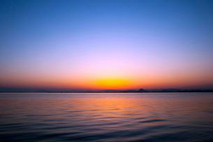 夜明けの琵琶湖の写真素材 [FYI01466467]