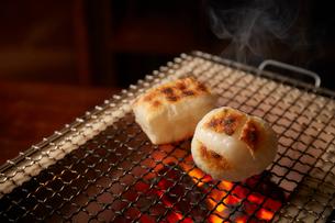 七輪で焼かれている角餅と割れている丸餅の写真素材 [FYI01466471]