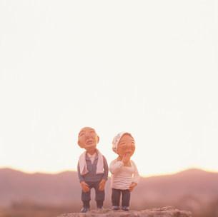 山と老夫婦のクラフトの写真素材 [FYI01466498]