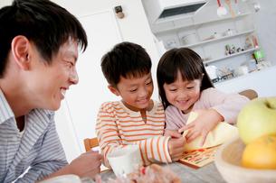 テーブルで団らんする3人家族の写真素材 [FYI01466535]