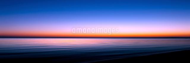 夜明けの琵琶湖の写真素材 [FYI01466718]