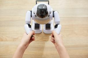 女性に手を握られているロボットの写真素材 [FYI01466728]