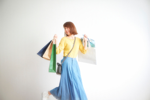 ショッピングをする女性の写真素材 [FYI01466812]