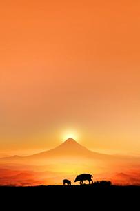 富士山の日の出とイノシシのシルエットのイラスト素材 [FYI01466919]