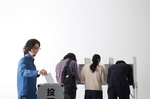 投票している男性と記入している人々の写真素材 [FYI01466948]
