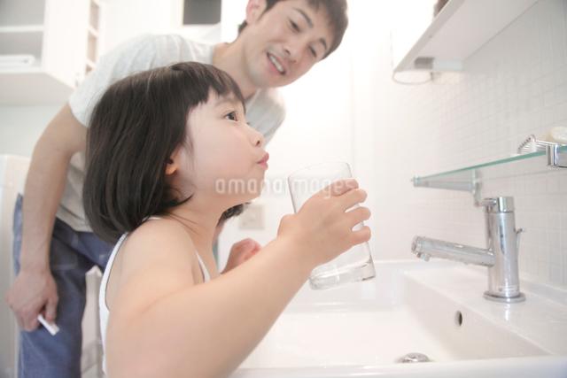 洗面所で歯を磨く父と娘の写真素材 [FYI01467119]