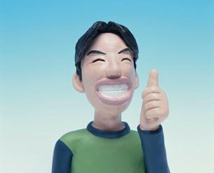 親指を立てる男性のクラフトの写真素材 [FYI01467209]
