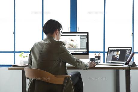 SOHOで仕事をする私服のビジネスマンの写真素材 [FYI01467241]
