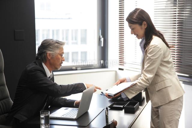 部下の報告を受けるミドルビジネスマンの写真素材 [FYI01467247]