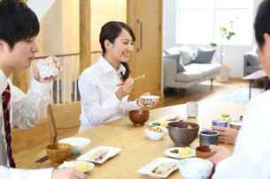 2世代家族の朝食風景の写真素材 [FYI01467257]