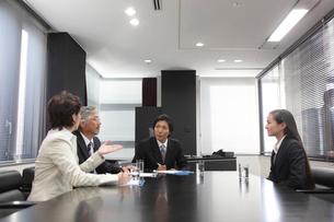 面接官とビジネスウーマンの写真素材 [FYI01467309]
