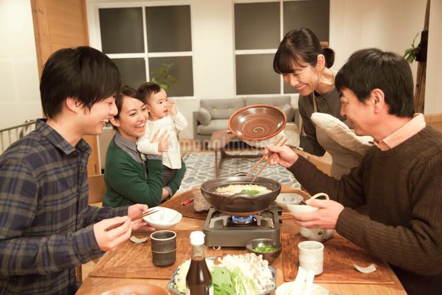 鍋料理を楽しむ3世代家族の写真素材 [FYI01467310]