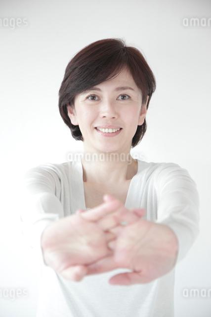 ストレッチをするミドル女性の写真素材 [FYI01467338]