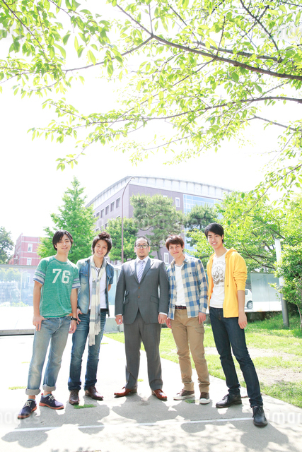 教授を囲み微笑む4人の大学生の写真素材 [FYI01467340]