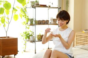 化粧水を使う若い女性の写真素材 [FYI01467399]