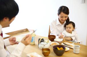 朝食を摂る若い3人家族の写真素材 [FYI01467402]