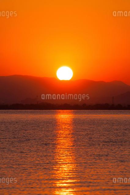 琵琶湖の日の出の写真素材 [FYI01467432]