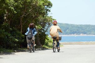 自転車をこぐ2人の女性の後ろ姿の写真素材 [FYI01467520]
