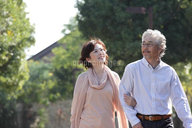 散歩するミドルカップルの写真素材 [FYI01467575]