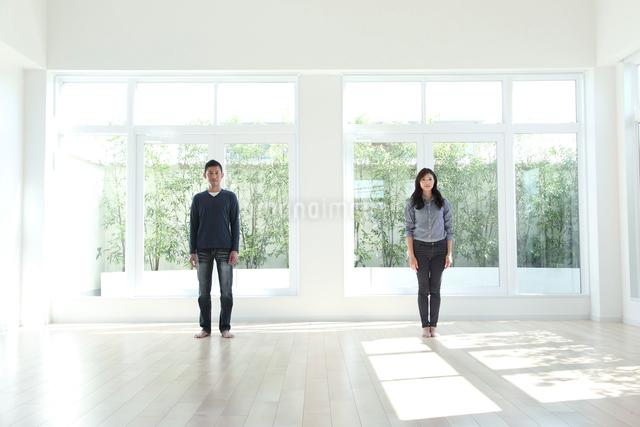 窓のある部屋に立つカップルの写真素材 [FYI01467586]