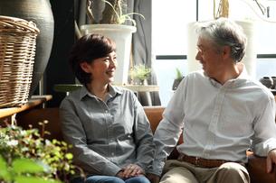 ソファに座るミドルカップルの写真素材 [FYI01467589]