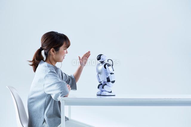 ミニロボットとおしゃべりする女性の写真素材 [FYI01467633]