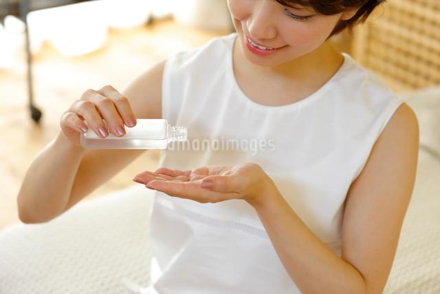 化粧水を使う若い女性の写真素材 [FYI01467677]