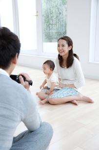動画を撮る若い3人家族の写真素材 [FYI01467794]