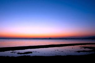 夜明けの琵琶湖の写真素材 [FYI01467825]